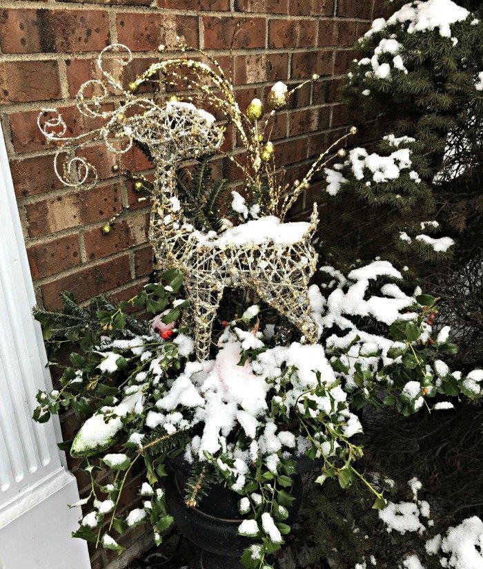 Reindeer-Christmas-planters-snow