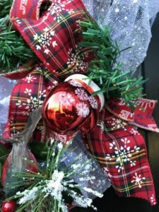 Christmas-tree-diy-wreath-red-mitten