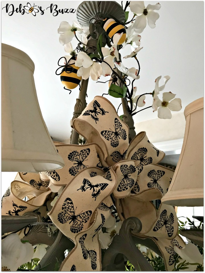 bee-tablescape-chandelier-bow
