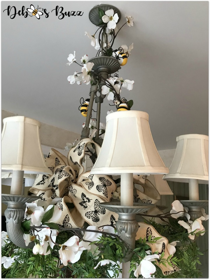bee-tablescape-chandelier