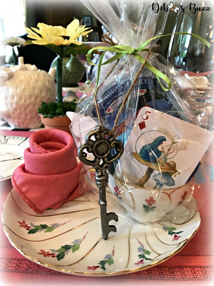 Alice-in-wonderland-table-one-favor-closeup