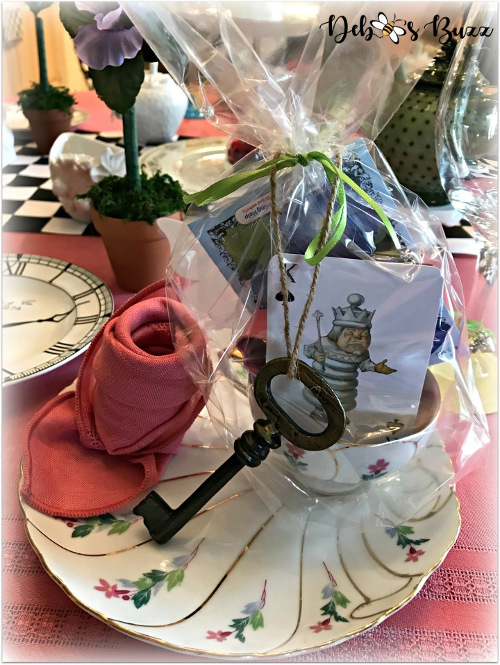 Alice-in-wonderland-table-place-setting-favor