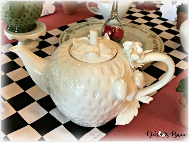 alice-in-wonderland-table-strawberry-teapot