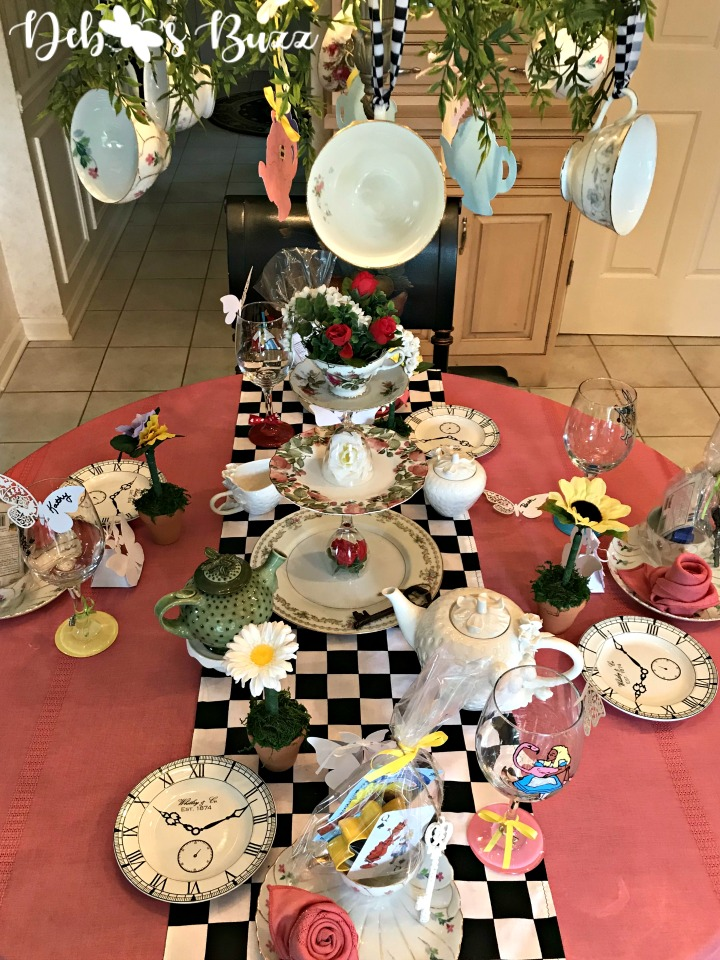 alice-in-wonderland-table-teacup-chandelier