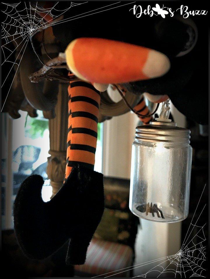 spooky-Halloween-tablescape-eye-newt-chandelier-spider-jar-light
