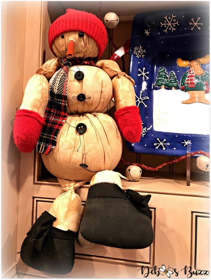 casual-christmas-table-winter-snowman-shelf
