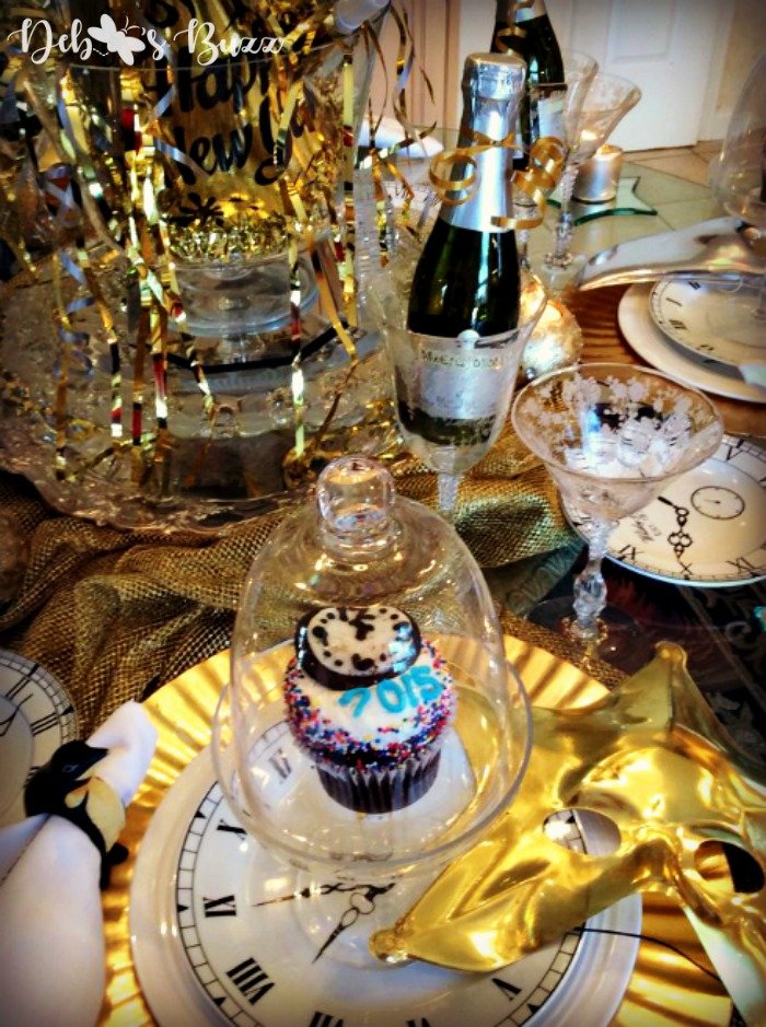 new-years-eve-tablesetting-ideas-clock-face-cupcake
