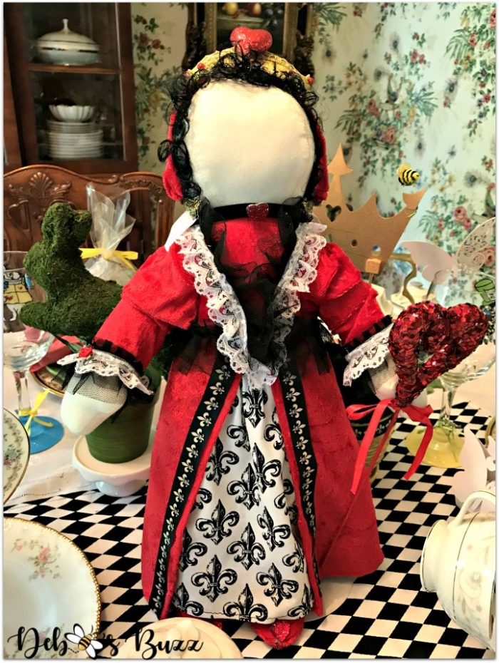 alice-in-wonderland-queen-of-hearts-doll-centerpiece