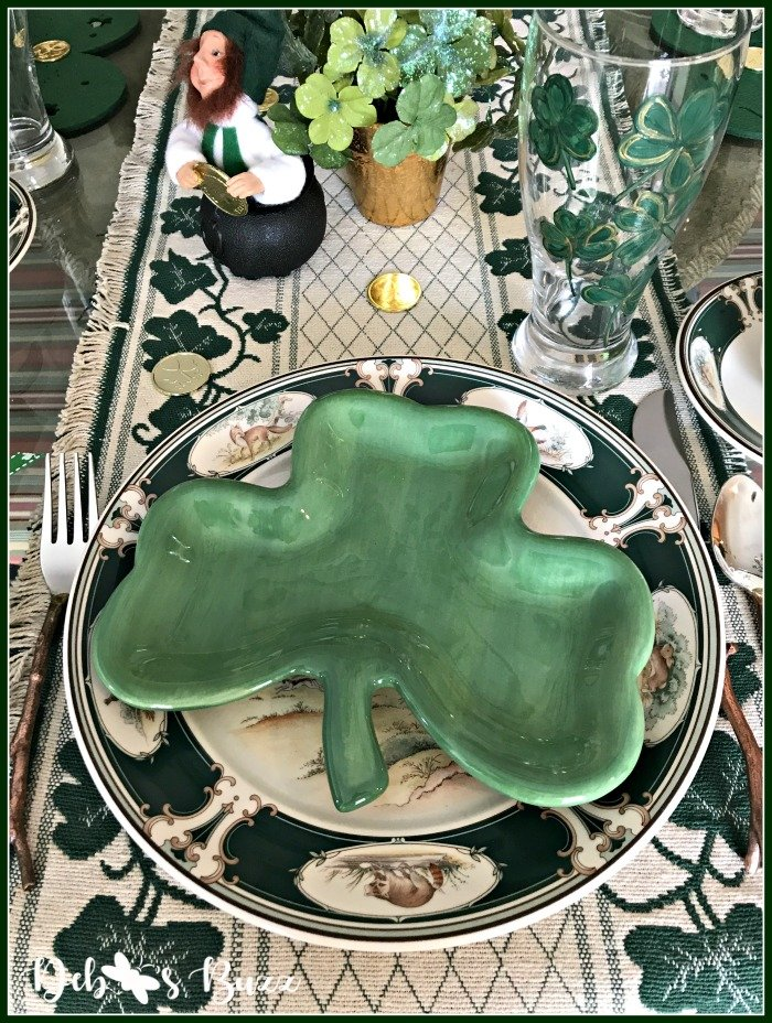 casual-st-patricks-day-table-shamrock-shape-plate-stack