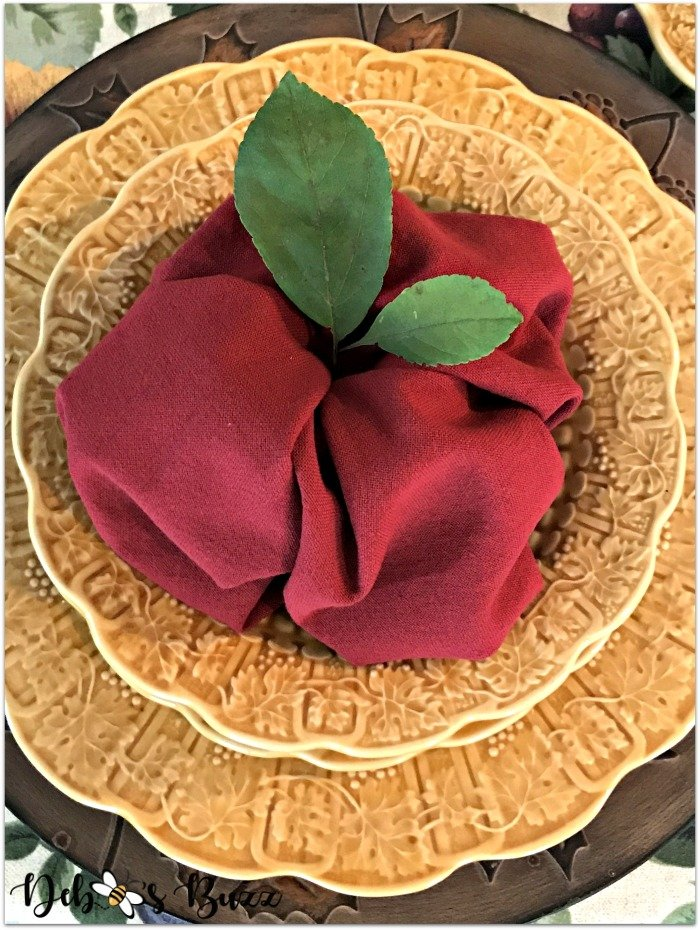 fall-apple-napkin-fold