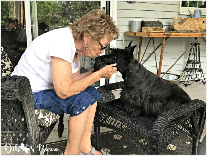 mom-scottie-dog-kiss