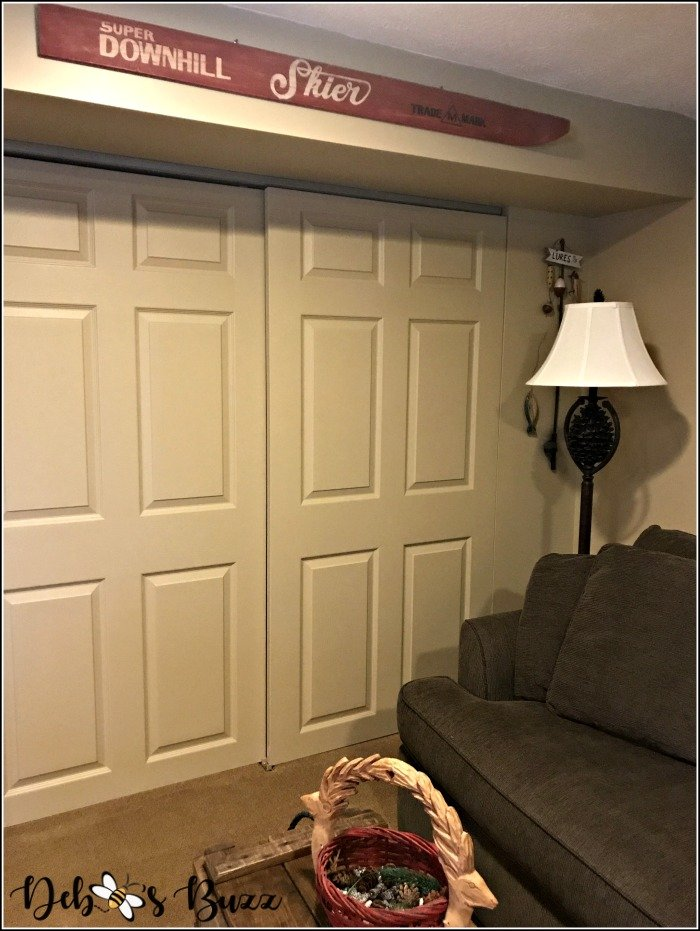 ski-lodge-theme-decor-sliding-closet-doors
