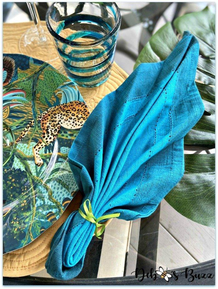 summer-safari-table-palm-napkin-fold