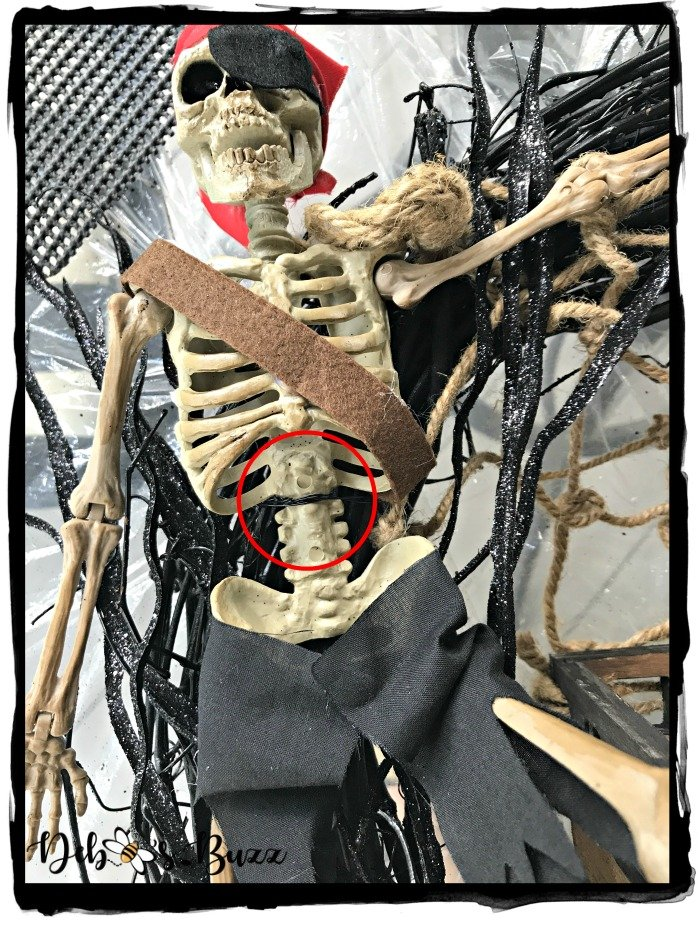 attach-Halloween-skeleton-pirate-wreath