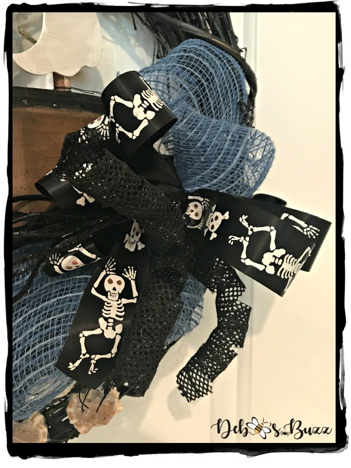 right-hand-pirate-wreath-skeleton-bow