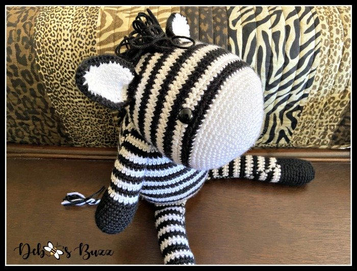 crochet-zebra-sitting