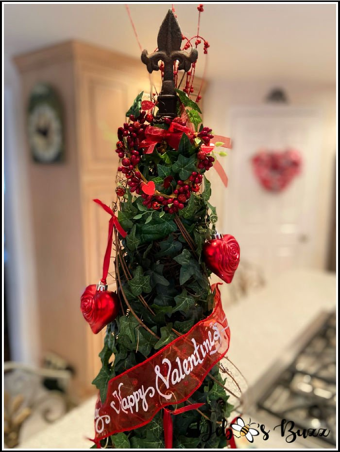 valentines-day-decor-decorated-ivy-topiary