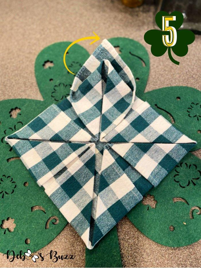 3-leaf-clover-napkin-fold-step-5