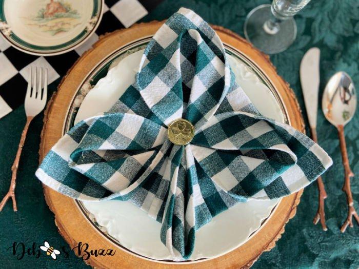 fleur-de-lis-shape-napkin-fold