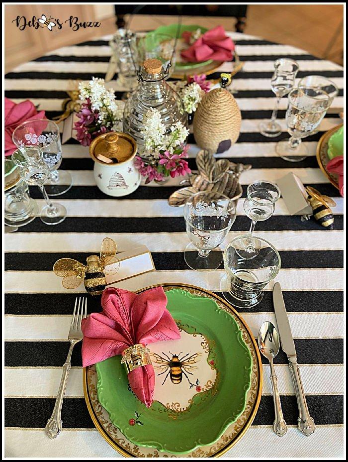 bee-theme-table-setting